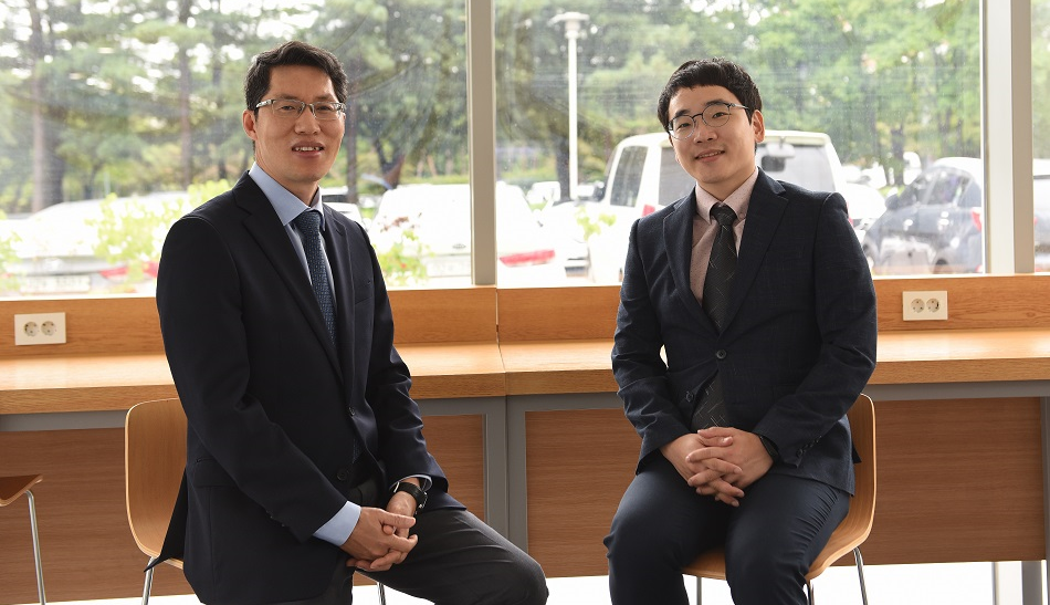 Professor Park Rae-woong (left) of the Department of Biomedical Informatics at Ajou University and researcher Yoo Seung-chan played leading roles in the international joint study.