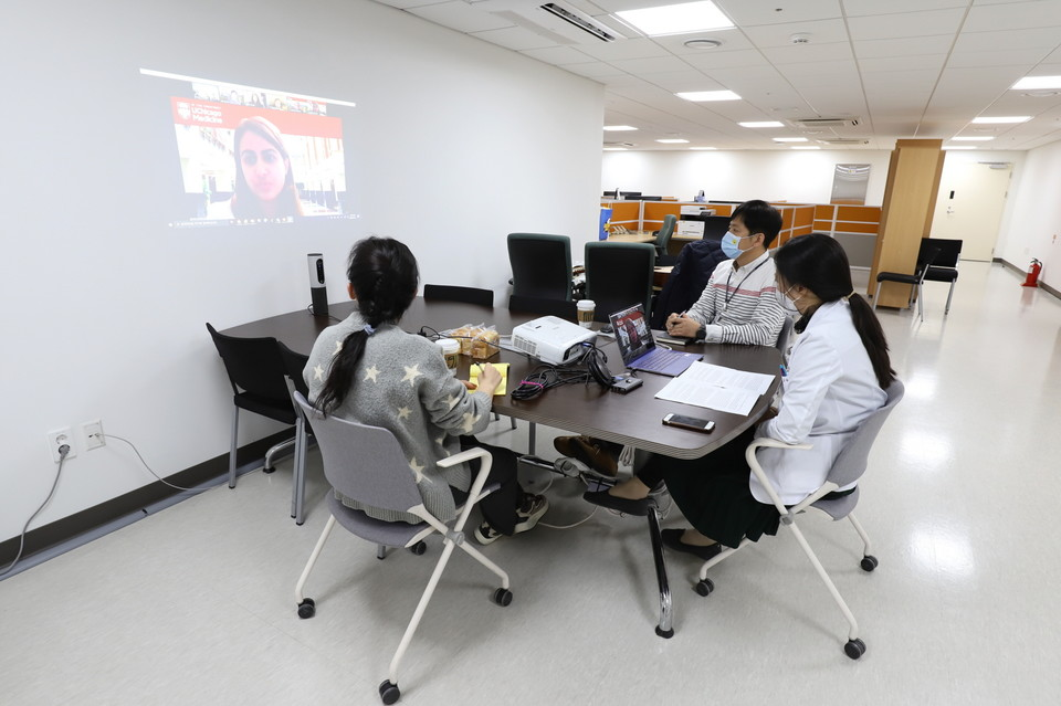 Yongin Severance Hospital held an online meeting with the University of Chicago Medical Center on Thursday, passing on its know-how on the digital management of Covid-19. (Severance)